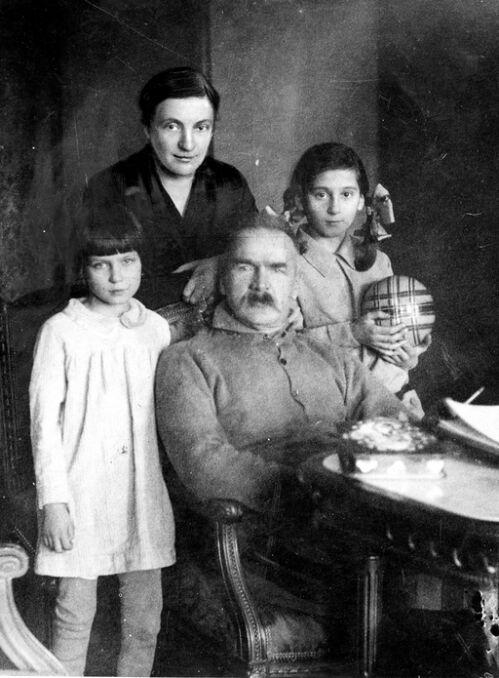 Józef Piłsudski w otoczeniu rodziny. Widoczne od lewej: córka Jadwiga, żona Aleksandra, córka Wanda. Fotografia z początku lat 30.