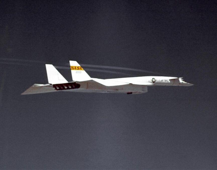Inne ujęcie w locie na dużej wysokości ze skrzydłami w pozycji pośredniej