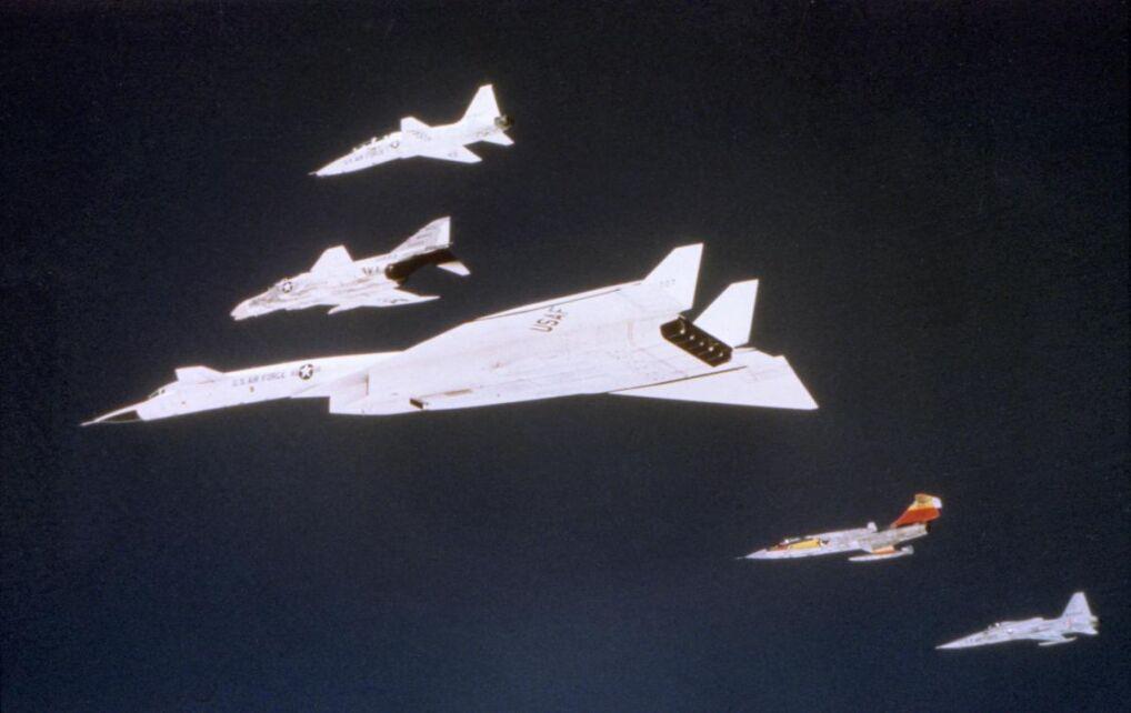 Zdjęcie wykonane niedługo przed katastrofą. Widać wyraźnie formację. Od góry T-58, F-4, XB-70A, F-104N i F-5