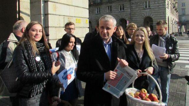 Jabłka kiełbasą wyborczą posła PiS? Prokuratura bada sprawę