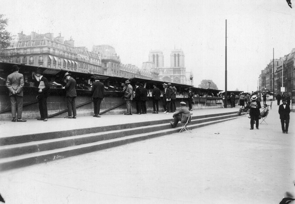 Uliczna sprzedaż książek na bulwarze Montebello. W głębi widoczna katedra Notre-Dame, 1926r.
