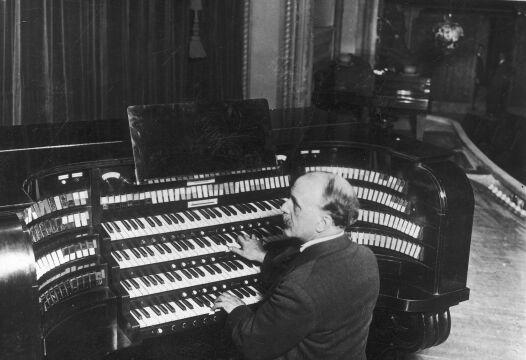 Louis Vierne, organista katedry Notre-Dame w Paryżu, kompozytor - fotografia sytuacyjna (gra na organach), 1927r.