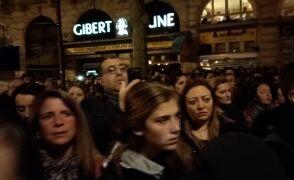 Paryżanie modlą się pod katedrą Notre Dame