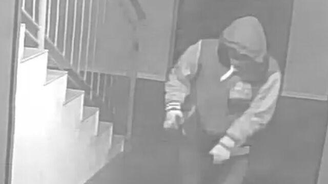 Ciało 16-latka na klatce schodowej. Policja szuka mężczyzny ze zdjęcia