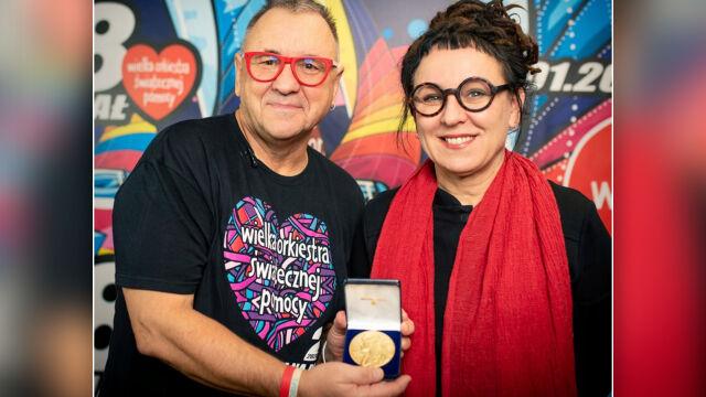 Olga Tokarczuk przekazała noblowski medal na WOŚP
