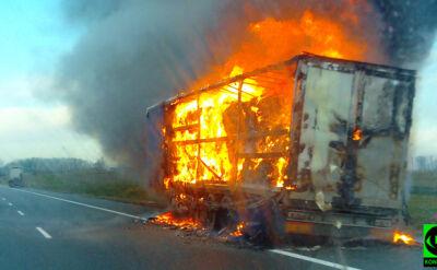 Ciężarówka w ogniu i kłęby dymu nad autostradą