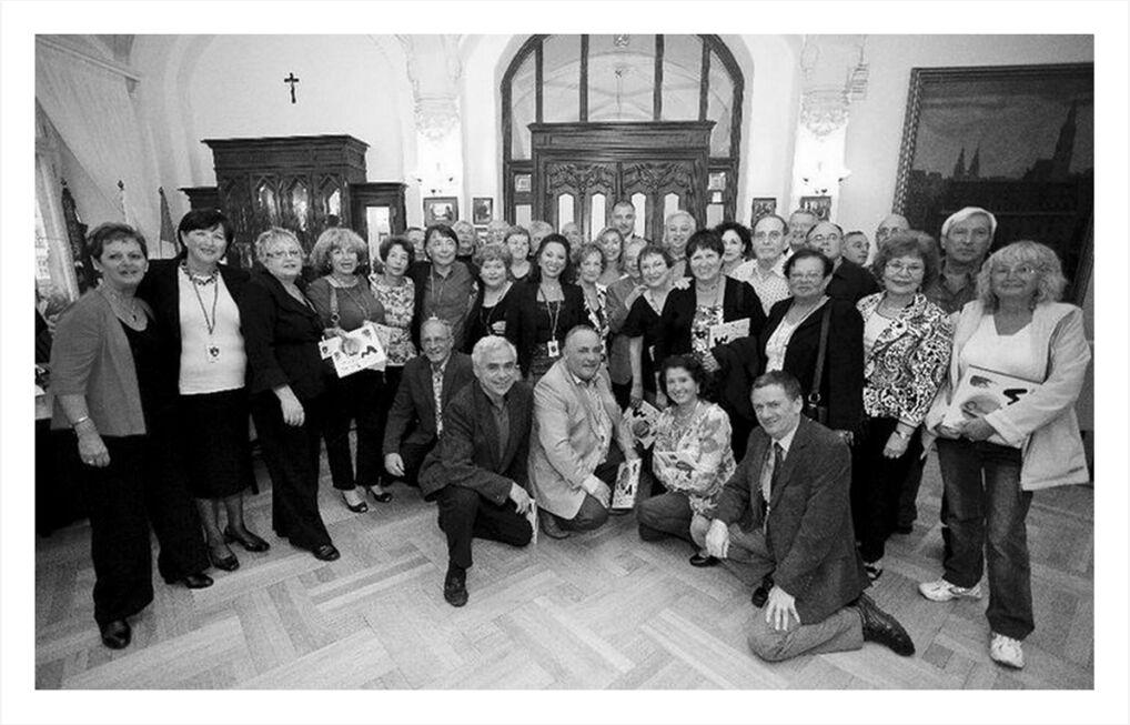 Uczestnicy uroczystości we wrocławskim ratuszu - dawni maturzyści żydowskiego liceum oraz władze miasta