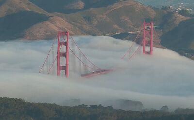Most nad cieśniną Golden Gate przysłonięty gęstą mgłą
