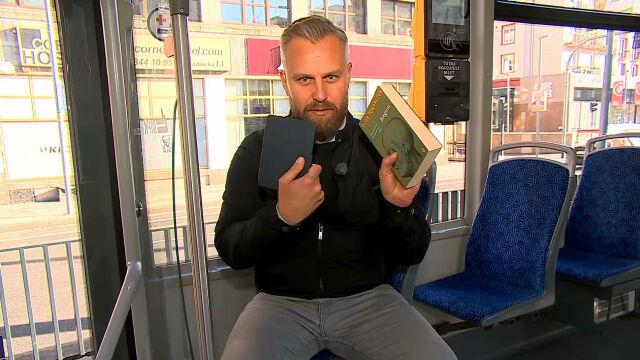 Książka Tokarczuk zamiast biletu. Darmowa komunikacja dla czytelników noblistki