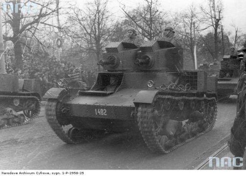 Przejazd dwuwieżowych czołgów Vickers Mark E typ A podczas defilady z okazji Święta Niepodległości w Warszawie, 1936-11-11.