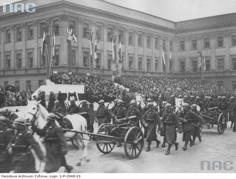 Marszałek Piłsudski przyjmuje defiladę Kompanii Karabinów Maszynowych podczas Obchodów Święta Niepodległości w Warszawie, 1929-11-11.