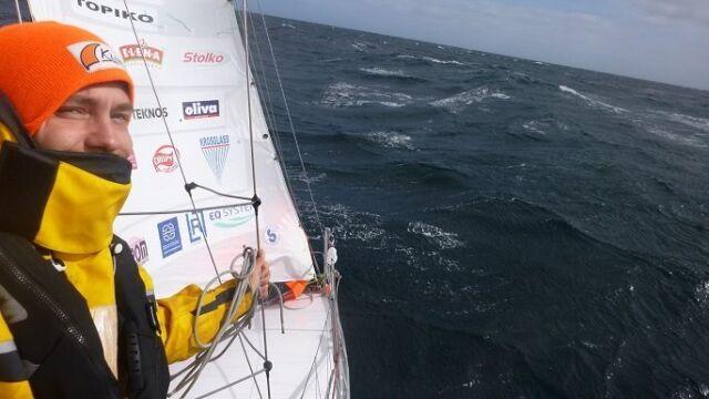 Jego jacht zatonął na Oceanie Indyjskim. Bartek chciał opłynąć świat, wraca do domu