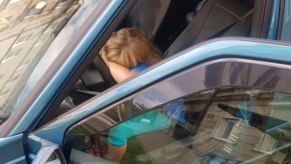 Tata zasnął, ona wzięła kluczyki, zapięła pasy  i ruszyła w drogę. Siedmiolatka za kierownicą