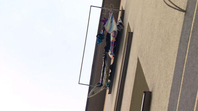 """Dwulatek wypadł z okna na trzecim piętrze. """"Boże, ratuj to dziecko"""""""