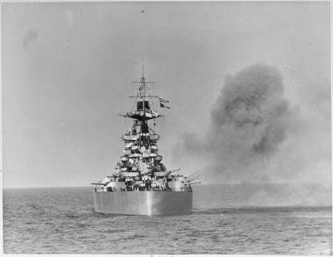 Okręt Royal Navy, pancernik HMS Rodney podczas ostrzału podczas inwazji. Jego działa miały zasięgo do 37 km