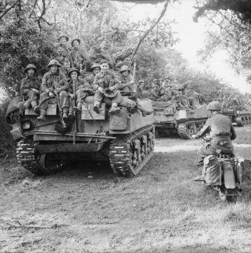 Czołgi Sherman z piechotą