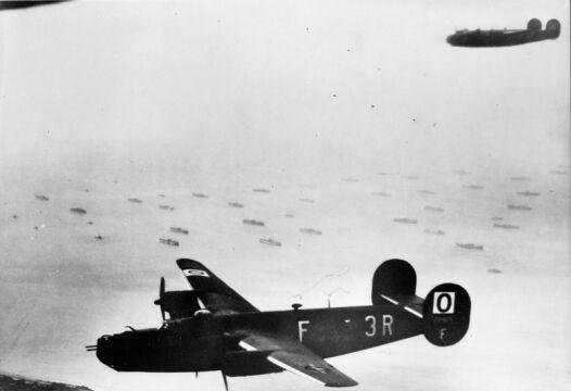 Amerykańskie Liberatory (B-24H) nad plażami Normandii