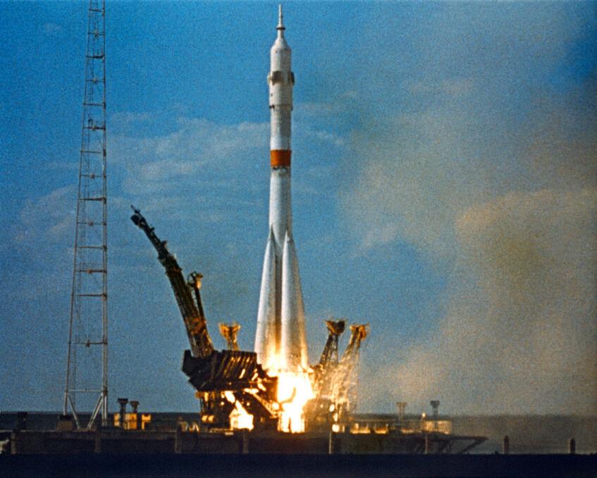 Rakieta Sojuz, która wyniosła Komarowa na orbitę. Po serii modernizacji nadal wozi ludzi w kosmos