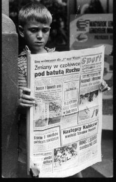 Grzegorz Schetyna zanurzony  w lekturze prasy