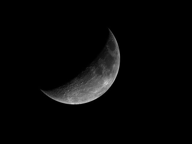 """Kamień """"z Księżyca"""" zwykłym szmelcem"""