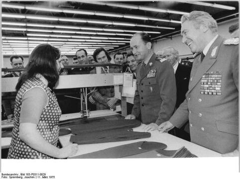 Wojciech Jaruzelski składa wizytę w zakładach tekstylnych w Chociebużu (w ówczesnej Niemieckiej Republice Demokratycznej), marzec 1975