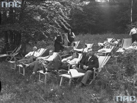 Wypoczynek na leżakach w Lesie Wolskim w Krakowie, 1932.