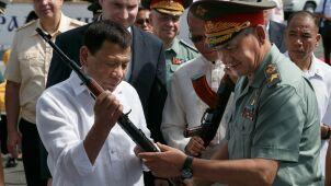 Kałasznikowy, amunicja, ciężarówki.  Rosja przekazała broń Filipinom