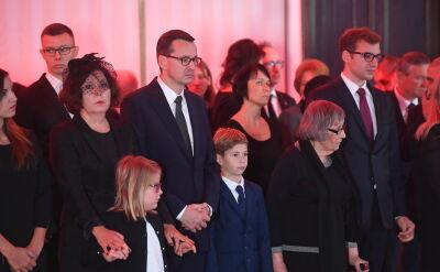 Premier z rodziną podczas uroczystości wniesienia do Sali Kolumnowej Sejmu trumny z ciałem Kornela Morawieckiego