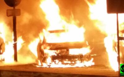 """Samochody w ogniu, uszkodzona ściana. """"Prawdopodobnie podpalenie"""""""