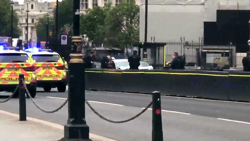 """""""Słyszałam krzyki ludzi"""". Samochód wjechał w bariery przed brytyjskim parlamentem, są ranni"""