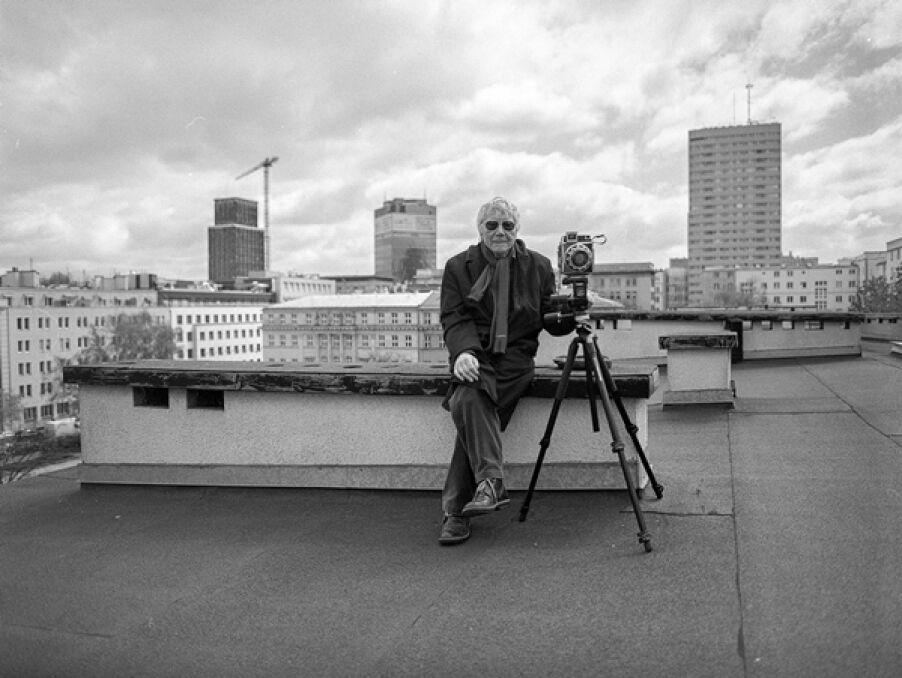 Sesja zdjęciowa na dachu budynku przy pl. Dąbrowskiego. Dokumentowanie miejsca, gdzie stała kamienica przy ul. Kredytowej 10, w której w latach wojny mieszkał Tadeusz Rolke, 2014