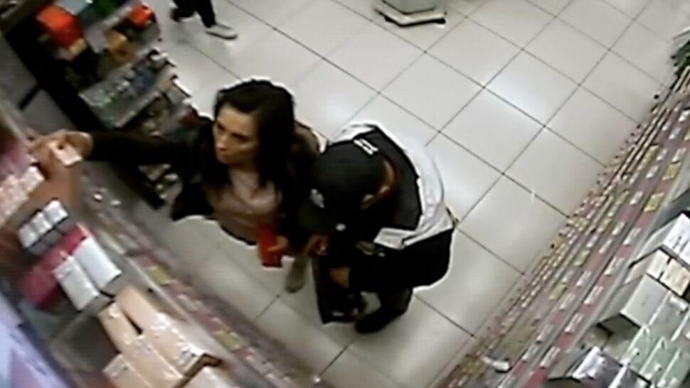 Oglądają i pakują do torby. Szukają ich w sprawie kradzieży kosmetyków