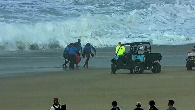 Gigantyczna fala zmiotła surfera.