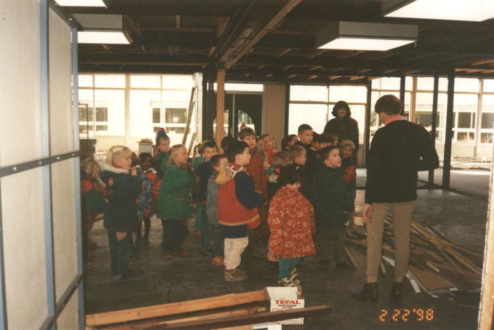 Dzieci na budowie szkoły