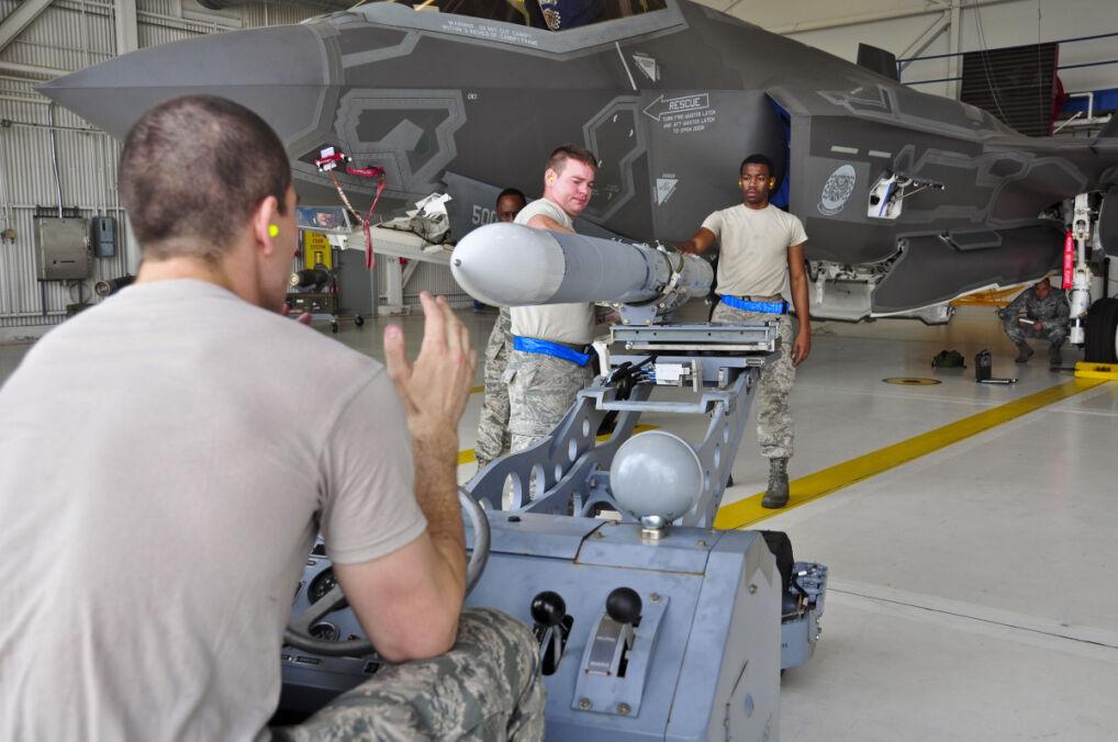 F-35 ma dwie komory na uzbrojenie. Na zdjęciu widać otwartą jedną z nich, na prawo od techników z rakietą