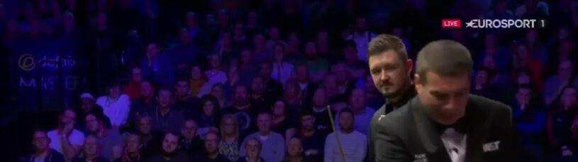 Snookerowy sędzia użądlony w trakcie meczu.