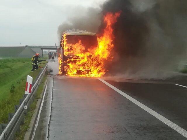 Na autostradzie spłonął autokar. Ewakuowano 47 osób