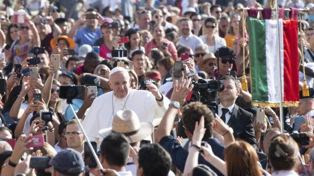 Franciszek ostrzega duchownych: diabeł wchodzi przez kieszenie
