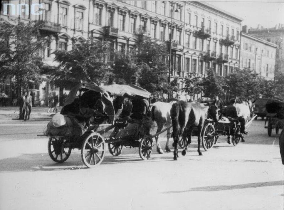 Resztki niemieckich oddziałów wycofujące się na zachód ulicami Warszawy. Al. Jerozolimskie, lipiec 1944