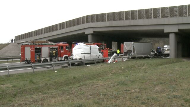 Zderzenie dwóch busów i ciężarówki na A2. Jedna osoba nie żyje, dwie w szpitalu
