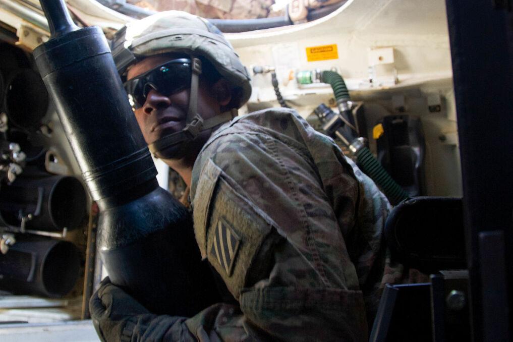 Ładowniczy czołgu M1 Abrams wyjmujący pocisk z magazynu w tylnej cześci wieży, widocznego po lewej stronie. Jest on odcięty od przedziału załogi przesuwaną grodzią, która otwiera siętylko na kilka sekund. Ma to chronić ludzi przed skutkami eksplozji amunicji po trafieniu. Energia wybuchu magazynu uchodzi do góry przez specjalne panele w stropie wieży