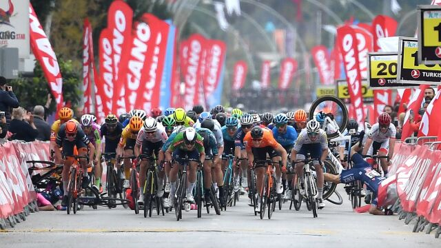 Kraksa na finiszu, kolejne podium Polaka i triumf Cavendisha. 185 km wielkich emocji