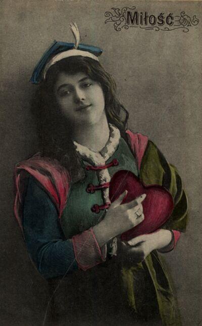 Kobieta w stroju krakowskim z sercem w ręku