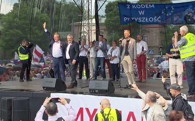 """""""Sto lat!"""" dla Bronisława Komorowskiego na demonstracji KOD"""