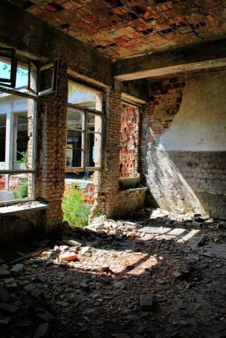 Zdewastowane wnętrza niektórych z zabudowań w Bornym Sulinowie