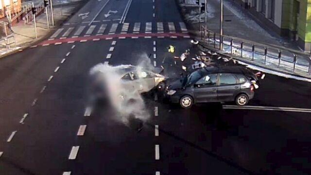 """Wypadek na środku skrzyżowania. """"Taksówkarz zignorował czerwone światło"""""""