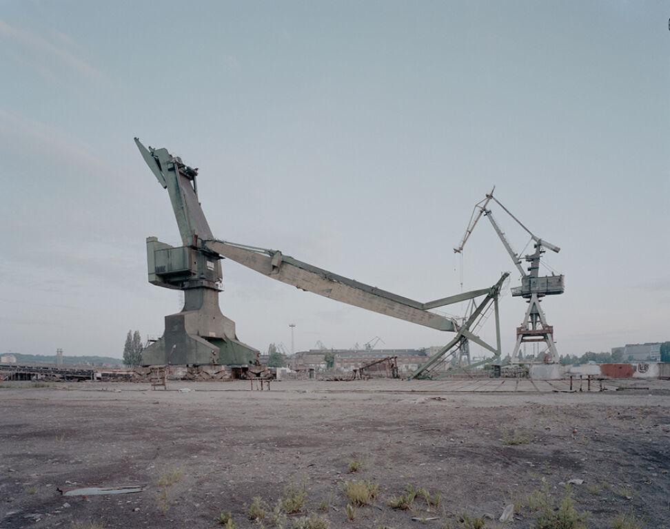 Ilustrują one historię zniszczeń w krajobrazie i architekturze terenów Stoczni Gdańskiej
