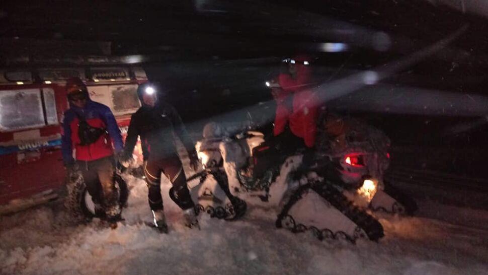 Wyszli w góry, pokonał ich śnieg. Na ratowników czekali pod drewnianą wiatą