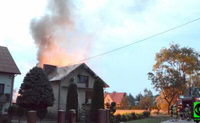 Ogień przeniósł się z garażu na dom. Trwa akcja straży