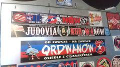 Wlepki kiboli w korytarzu hali Wisły Kraków